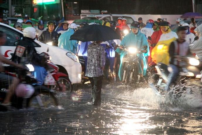 Mưa lớn, người Sài Gòn lại bì bõm trong nước ngập - 3