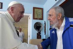 Ông Fidel Castrol bắt tay Giáo hoàng Francis ở Havana