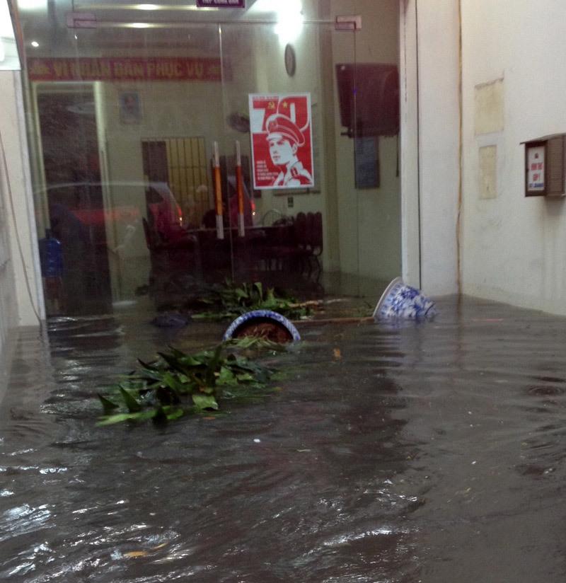 Mưa to đầu tuần, dân đất Cảng 'bơi' đến công sở