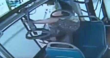 Nhảy khỏi cửa sổ xe buýt vì bị lỡ bến
