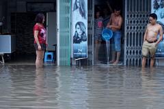 Phố sân bay cấm đường, dân hì hục tát nước