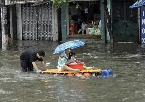 Bi hài cảnh người Hà Nội bơi thuyền trên phố ngày ngập lụt
