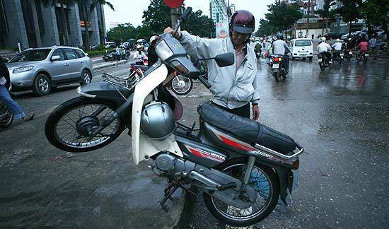 Cách 'cứu' xe máy bị ngập nước