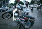 """Cách """"cứu"""" xe máy bị ngập nước"""