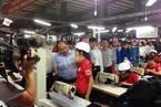 Phó thủ tướng tặng 2.000 mũ bảo hiểm cho người lao động