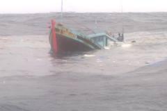 Tàu ngoại đâm chìm tàu ngư dân Việt rồi tháo chạy