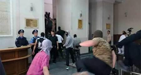 Tòa thị chính ở đông Ukraina bị tấn công