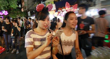 Nam thanh nữ tú tấp nập ở 'phố trung thu' của Hà Nội