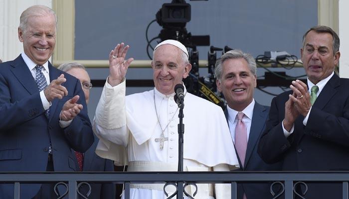 Chủ tịch Hạ viện Mỹ rơi lệ khi đứng bên Giáo hoàng