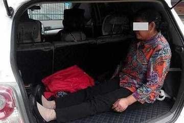 Dân mạng phẫn nộ con bắt mẹ già ngồi trong cốp xe
