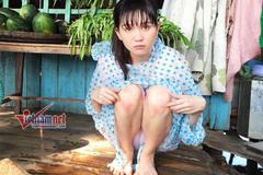 Ngân Khánh mua ve chai, Ngọc Trinh co ro trong áo mưa