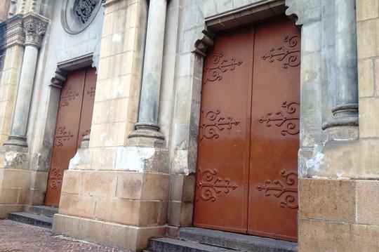 Đột nhập, cố thủ bên trong Nhà thờ Đức Bà