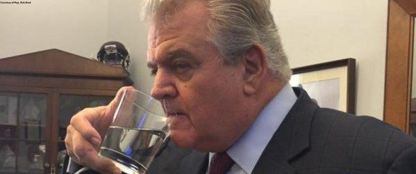 Nghị sỹ Mỹ 'thó' ly nước uống dở của Giáo hoàng