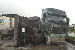 Xe bồn tông xe tải lật ngửa trên quốc lộ