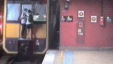 2 thiếu niên đu người mạo hiểm trốn vé tàu