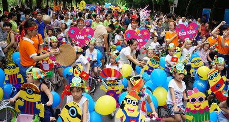 Trẻ em Hà Nội háo hức xem múa lân miễn phí trên phố