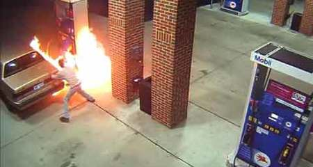 Dùng bật lửa đốt nhện ngay tại trạm bơm xăng
