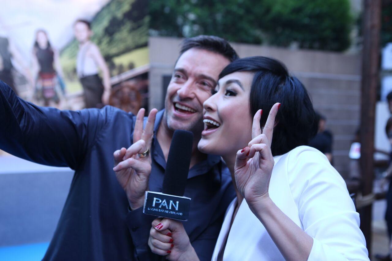 Hugh Jackman chụp ảnh 'tự sướng' với Kathy Uyên