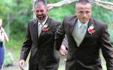Hành động của bố đẻ với bố dượng trong lễ cưới con gái khiến thế giới bật khóc