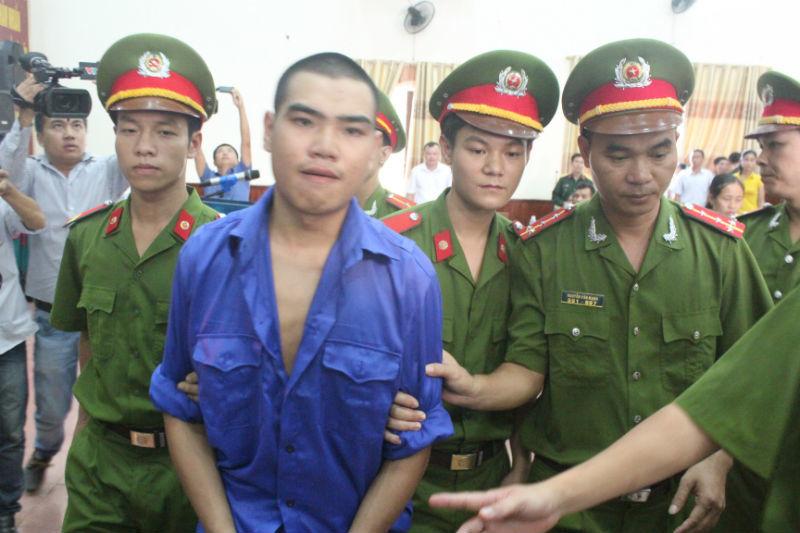 Vi Văn Hai được đưa về trại giam sau khi phiên toàn kết thúc