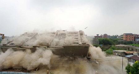 Xem cao ốc xây dựng trái phép bị kéo đổ