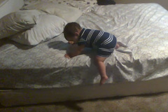 Clip: Bé thông minh dùng gối trèo khỏi giường