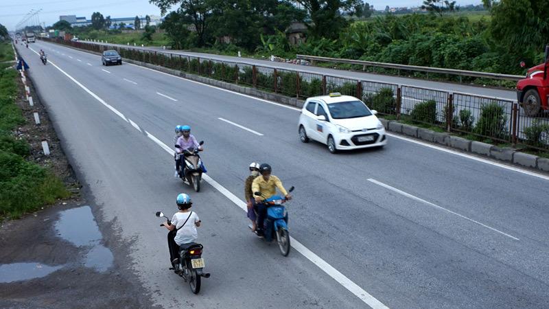 Quá lạ: Đánh đu với tính mạng trên quốc lộ 5