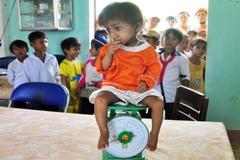 Cậu bé tí hon nặng 3,5 kg, cao 50cm đi học lớp 1