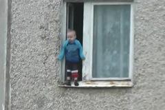 Clip sốc: Bé trai nhún nhảy trên gờ cửa sổ tầng 8