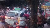 Ông Khuất Việt Hùng cầm 'vỉ ruồi' loay hoay điều tiết giao thông