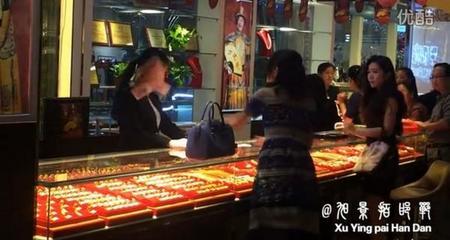 Khách Vip quý bà ném cả nắm tiền vào mặt nhân viên bán hàng