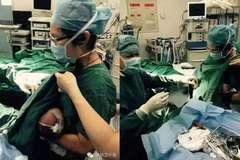 Xúc động nữ y tá cho bệnh nhi bú sữa trong phòng mổ