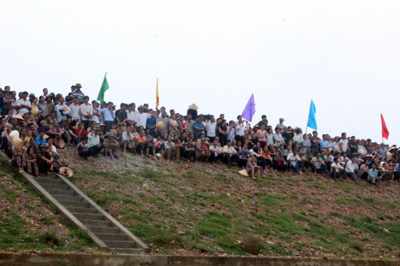 Dân vùng rốn lũ nô nức đi xem khởi công xây cầu