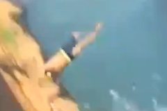 Suýt chết vì cú nhảy xuống biển cắm đầu vào đá