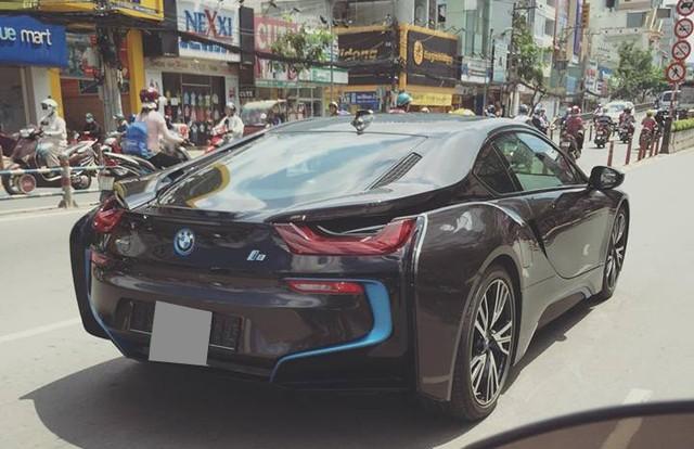 Siêu xe 'Batman' gây náo loạn phố Hà Nội