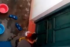 Cô giáo để trẻ mầm non nhặt rác ăn ngoài cửa
