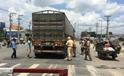 Bé 7 tuổi bị xe container cán nát chân, giao thông hỗn loạn