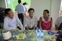 Bộ trưởng tặng quà riêng cho hai thầy cô vùng khó