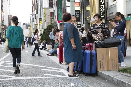 Dân Trung Quốc đổ xô sang Nhật Bản vơ vét hàng giảm giá