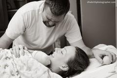 """Những khoảnh khắc """"ấm tim"""" khi bố gặp con lần đầu tiên"""