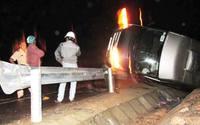 Xe khách lật nhào treo trên lan can, 4 người thương vong