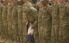 Trung úy dừng nghi lễ ôm con gái gây xúc động