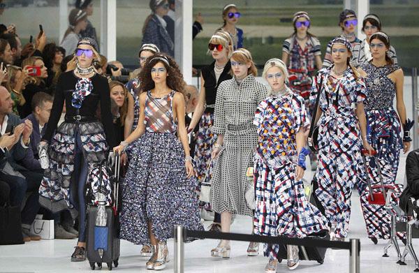 Chanel biến sàn catwalk thành sảnh chờ sân bay