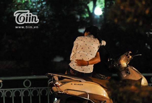 Cảnh hẹn hò của các tình nhân HN trên cầu Nhật Tân