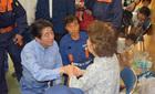 Thủ tướng Nhật quỳ thăm hỏi dân vùng lụt