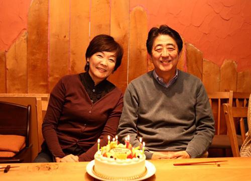 Khi Thủ tướng Nhật cúi đầu, chào hỏi dân