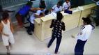 Bác sĩ bị bệnh nhân nằm cáng vùng dậy đánh vào mặt
