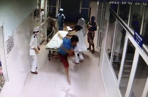 Bệnh nhân hành hung bác sĩ: Chỉ có thể là côn đồ!