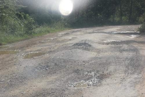 Chưa kịp bàn giao, đường đang thi công đã xuống cấp nghiêm trọng