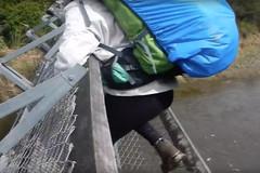 Vừa tới giữa cầu thì cáp treo đứt phựt